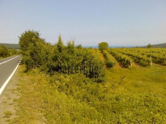 Намира се във високата панорамна част над м.Иракли на главни път Бургас-Варна 1