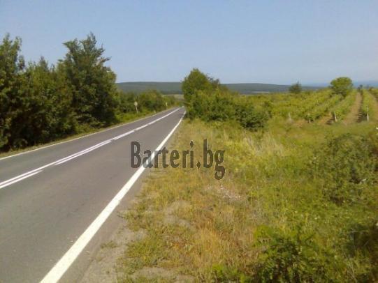 Намира се във високата панорамна част над м.Иракли на главни път Бургас-Варна 2